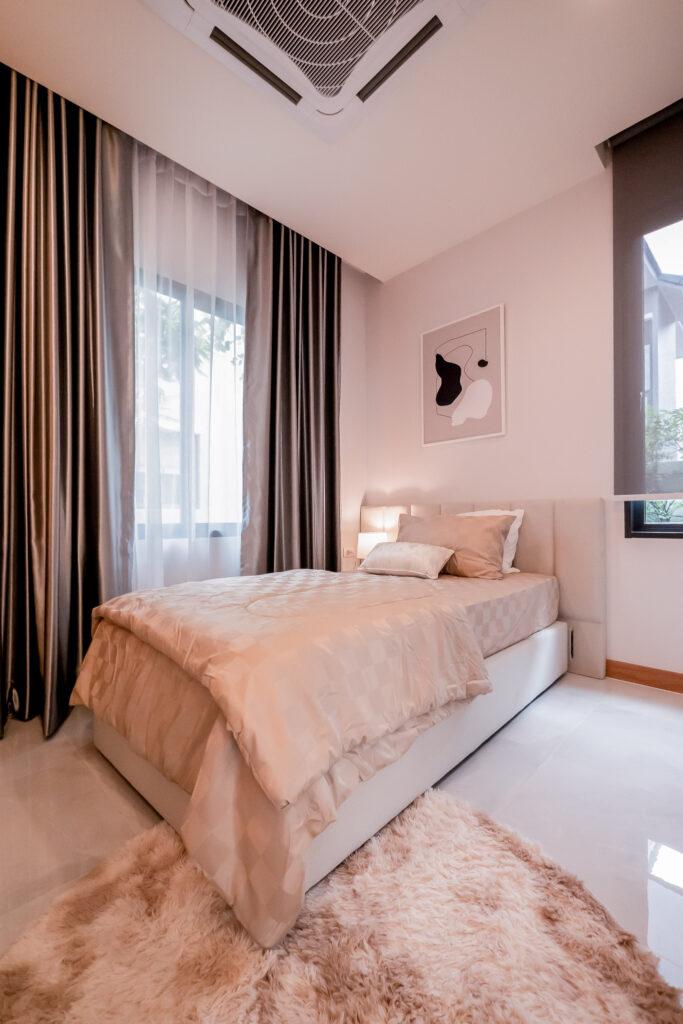 ห้องนอนล่างสามารถวางเตียงแบบ 3 ฟุต กำลังพอดี