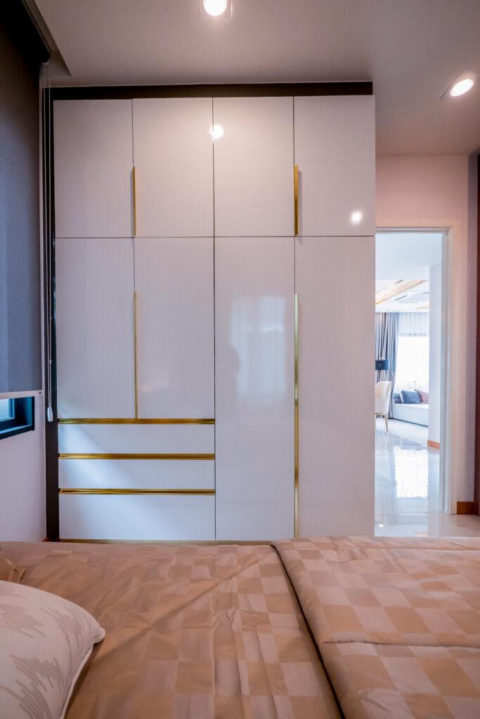 ห้องนอนล่างสามารถวางตู้เสื้อผ้าเต็มใบแบบ 4 หน้าบานได้แบบสบายๆ
